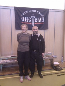 Der sibirische Großmeister und Kosake Andrej Karimov trainierte Sistema unter den Rhythmen seiner Balalaika bei einem Training in Budapest.